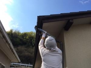 雨樋の水漏れ箇所を補修しております!