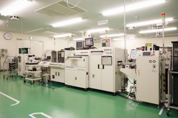 工場の様子、精密な部品を扱う会社ならではの清潔感を感じる。
